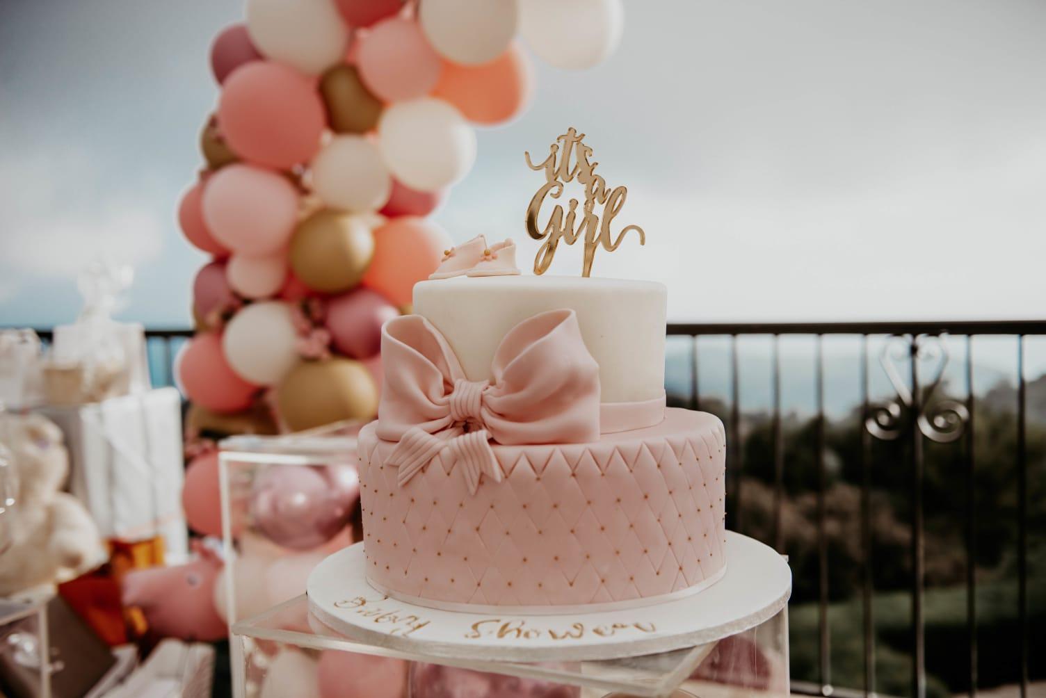 Gâteau personalisé anniversaire sur une terrasse face à la mer