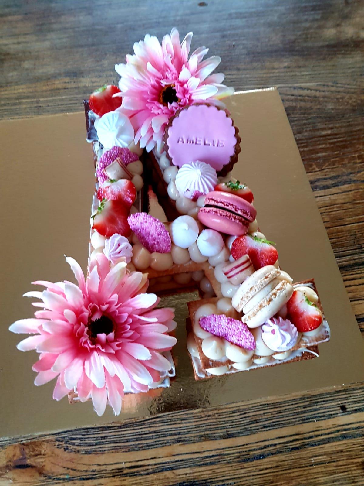 Gâteau en forme de A pour un anniversaire rose