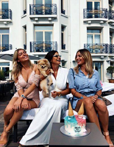 Martika Caringella (les marseillais) en terrasse avec un gâteau Sweet and Nice 06