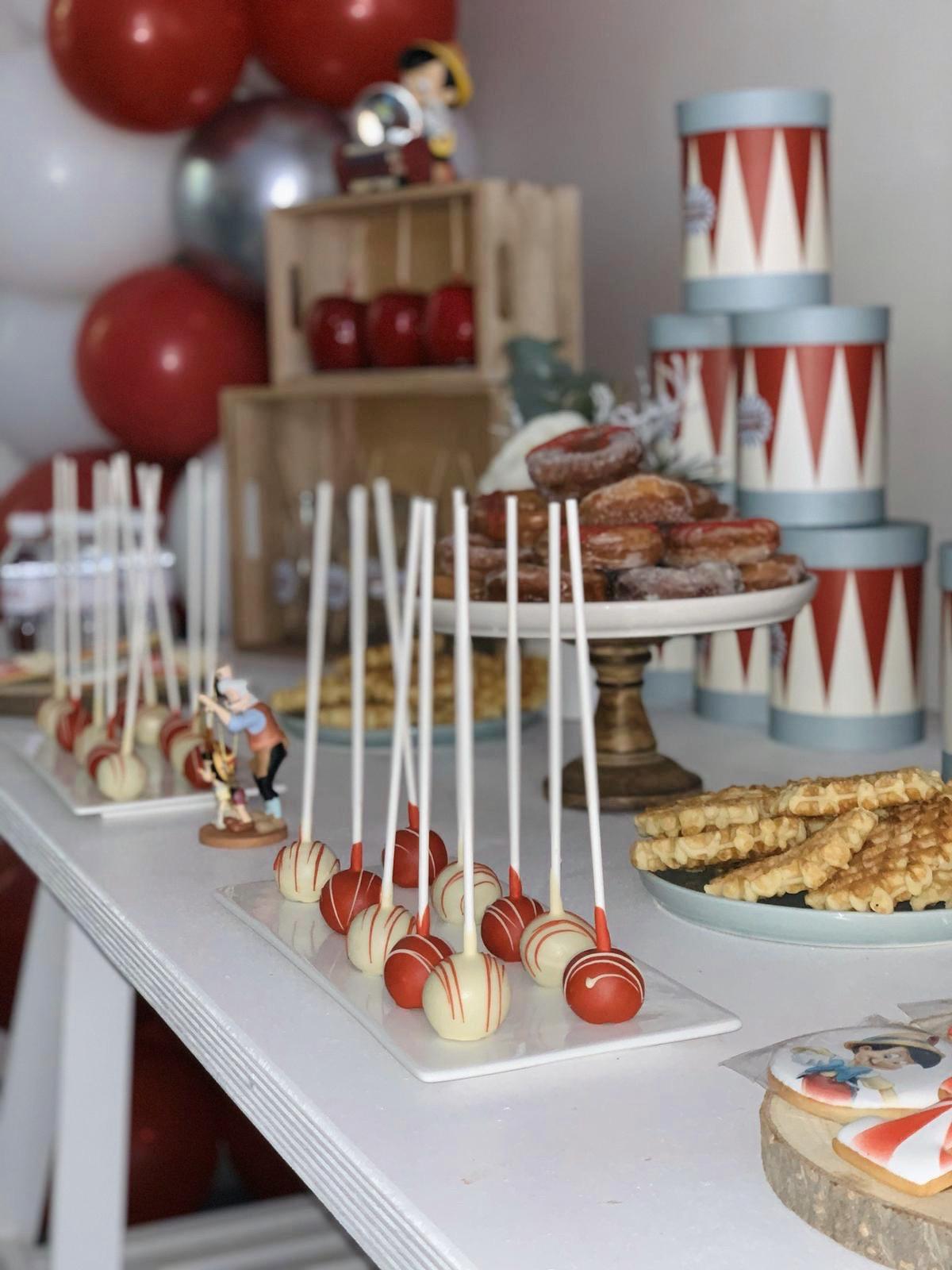 Buffet pâtisserie avec popcakes blanc et rouge