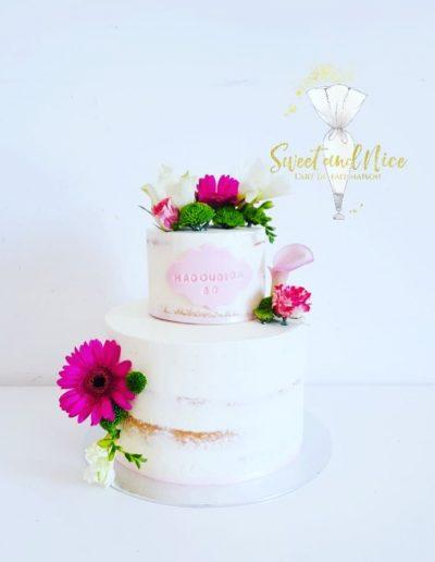 Gâteau d'anniversaire décoration blanc rose et fleurs