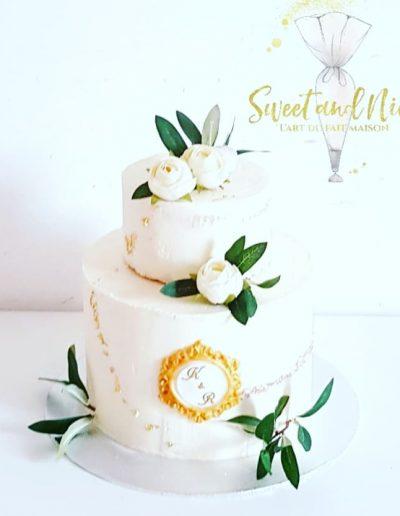 Gâteau de mariage décoration roses blanches magnifique