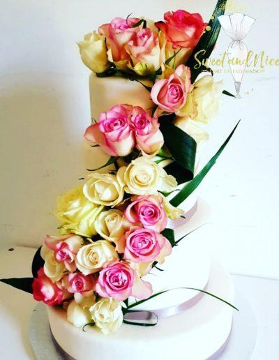 Gâteau de mariage fleurs roses blanches