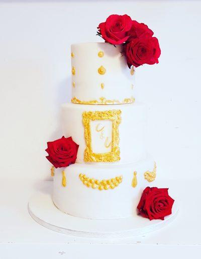 Gâteau de mariage blanc roses rouges