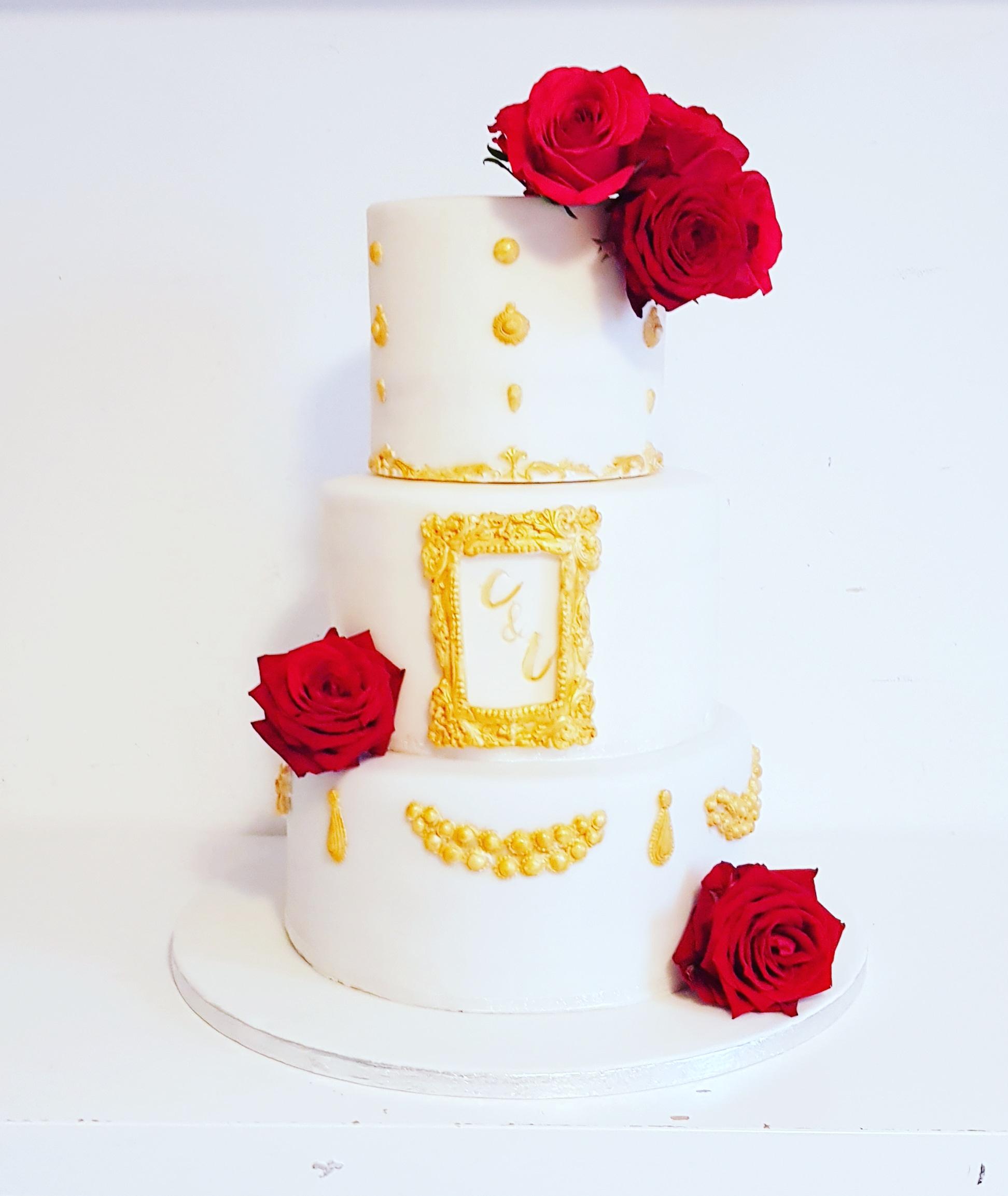 Gâteau de mariage blanc roses rouges et or
