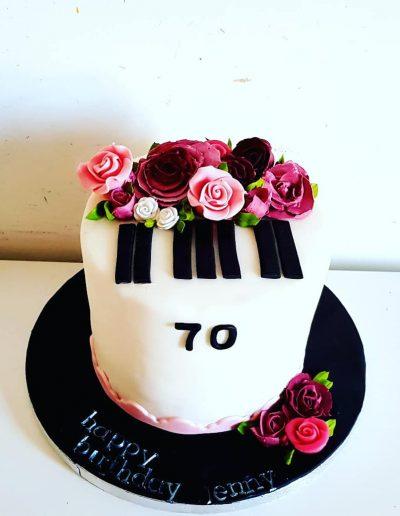 Gâteau d'anniversaire décoration piano et fleurs