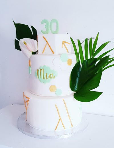Gâteau d'anniversaire pour Mia avec des plantes vertes